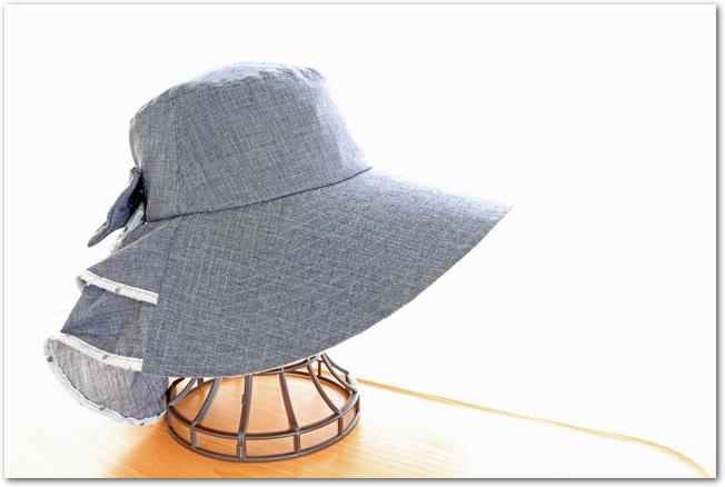 帽子スタンドに置かれたデニム地の帽子