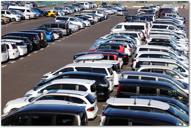 たくさんの車が停まって満車になっている屋外の駐車場の様子