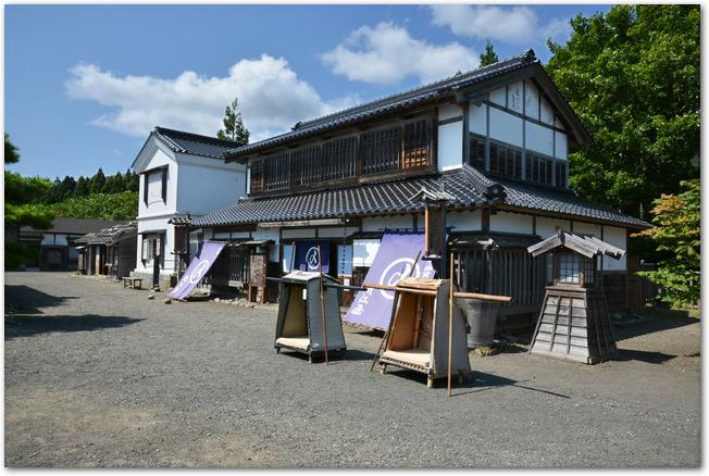 松前藩屋敷のお屋敷の前に駕籠が置いてある光景
