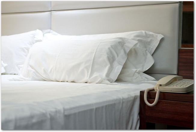 ビジネスホテルのベッドとサイドテーブル