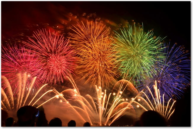 長岡花火大会の尺玉百連発とそれを見る観客たちの様子