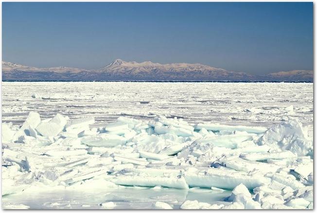 流氷がたくさんある知床半島の海の様子