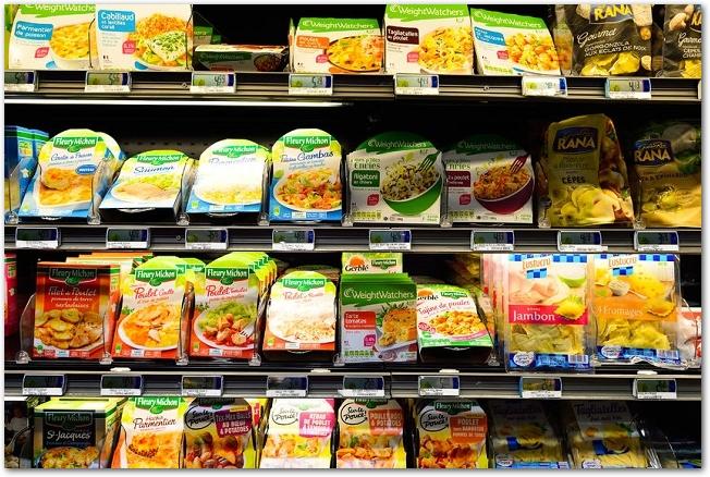 色々な食品が陳列されている棚の様子