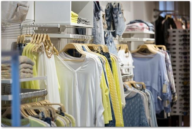カジュアルな服が陳列してあるブティックの店内の様子