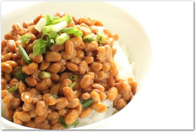 ご飯の上に盛られた薬味のネギと納豆