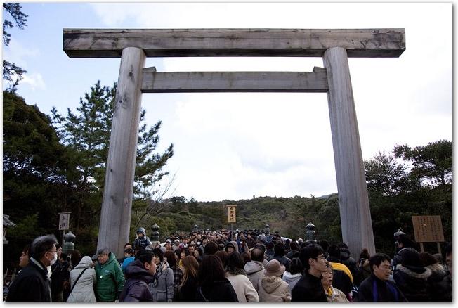 たくさんの参拝客がいる伊勢神宮内宮の鳥居付近の様子