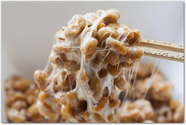 かき混ぜた納豆を箸で持ち上げている様子