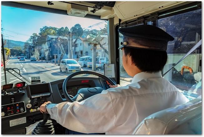 伊勢神宮へ向かうバスの車内の運転席を後ろから見た様子