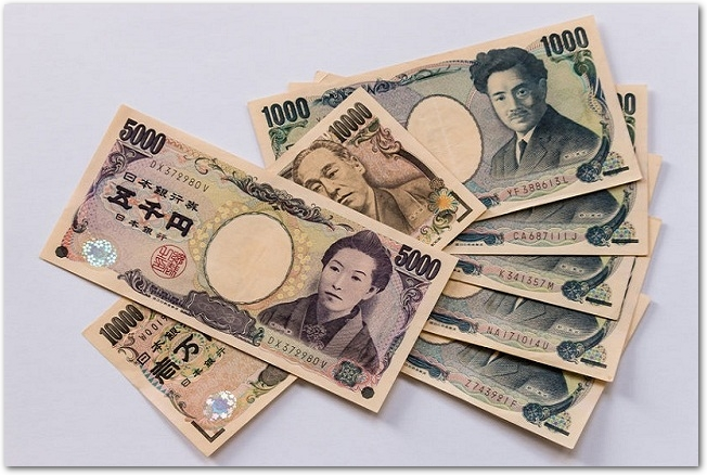 3種類の日本の紙幣が重ねて置かれている様子