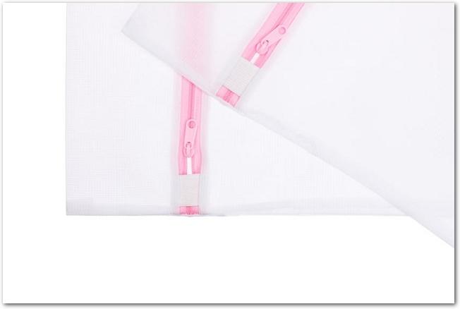 ピンクのファスナーのついた洗濯ネット