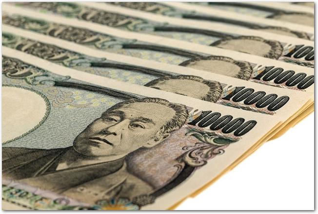 斜めに並べて置かれた数枚の一万円札