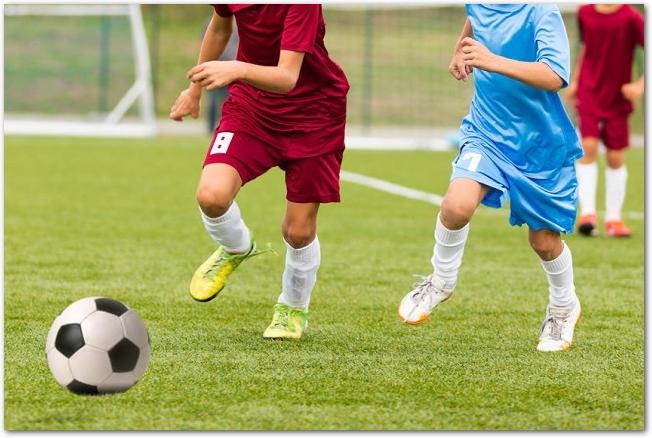サッカーの試合をしている男の子の様子