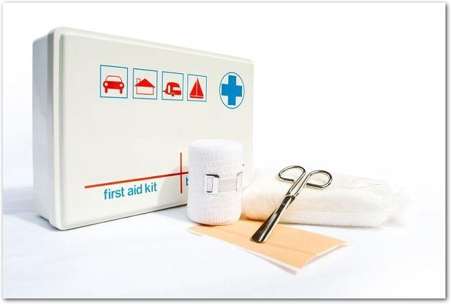 白い救急箱と包帯などの応急処置の道具