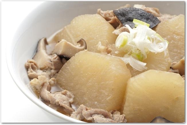 お皿に盛りつけられた大根の煮物
