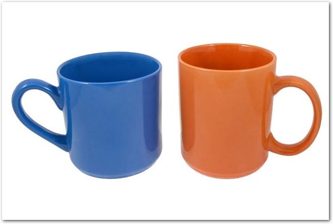 白背景に置かれた赤色と青色のペアマグカップ