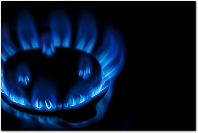 青いガスコンロの火が燃えている様子