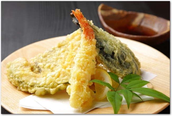 木のお皿に盛りつけられた天ぷらの盛り合わせ