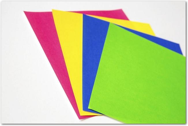4色の折り紙が置いてある様子