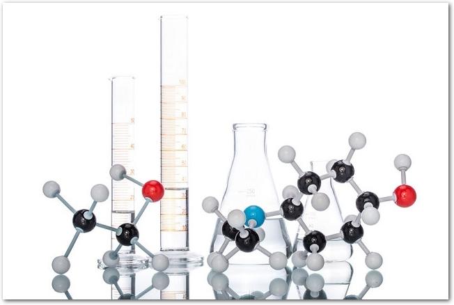分子構造の模型とフラスコ