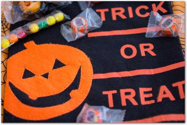 ハロウィンの模様のついたお菓子を入れるフェルトバッグ